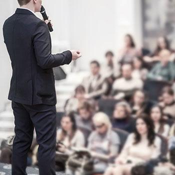 Photo d'un homme parlant lors d'une conférence